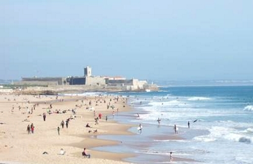 La extensa y pintoresca playa de Carcavelos