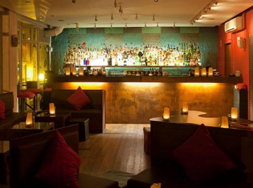 Sofisticación en el bar Cinco lounge